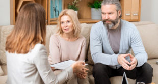 Famille discutant avec une avocate